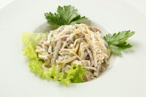 Салат с сыром, грибами и языком