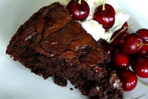 Пушистый шоколадный мусс с сочной вишней.
