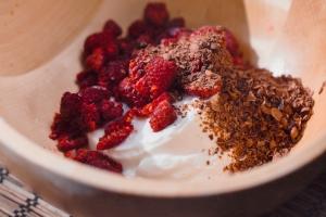 Замороженный йогурт с малиной и шоколадом