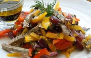 Салат с консервированной фасолью, говядиной и сухариками
