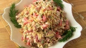 Салат весенний бриз с крабовыми палочками и сыром