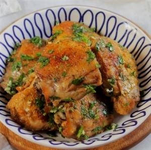 Курица с паприкой на сковороде