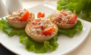 Тарталетки с говядиной и помидорами