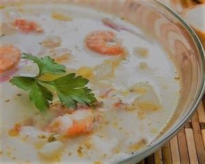 Сырный суп с креветками, картофелем и морковью