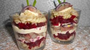 Салат с фузилли, селёдкой и свеклой