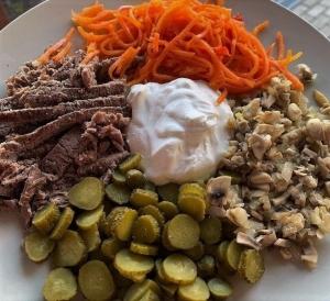 Салат Мужской с корейской морковью и корнишонами