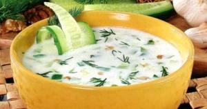 Холодный суп из кислого молока с зеленью