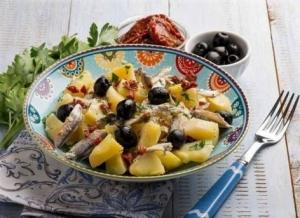 Салат со шпротами, помидорами и картошкой