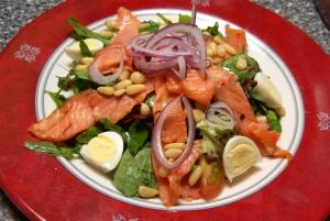 Салат с лососем, кукурузой и артишоками