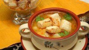 Суп гороховый с копченостями и гренками
