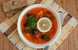 Солянка с оливками и колбасой